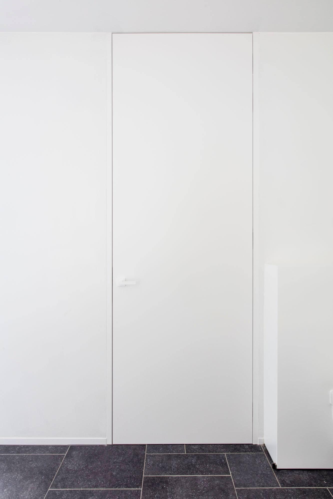 Moderne hal met kamerhoge gelakte draaideuren (1)